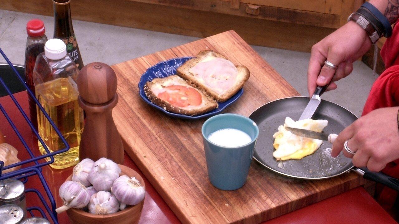 Breno prepara sanduíche com ovo e tomate