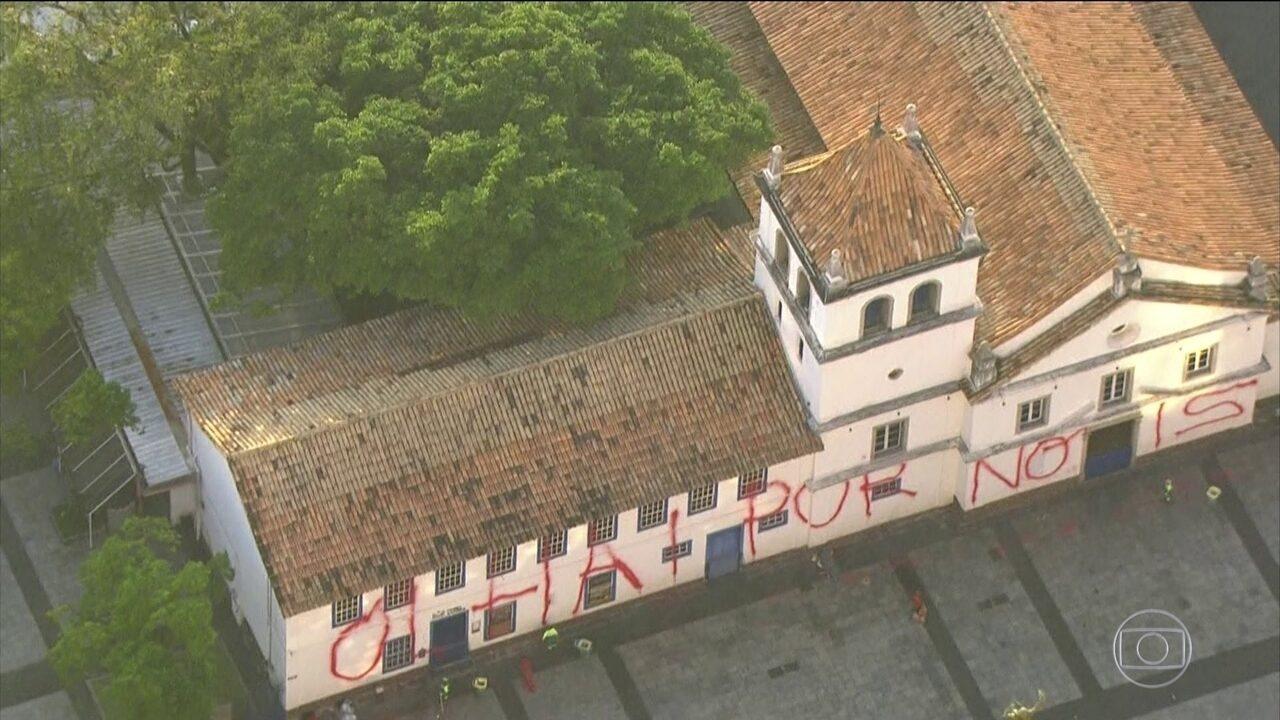 Vândalos picham prédio do Pateo do Collégio em São Paulo