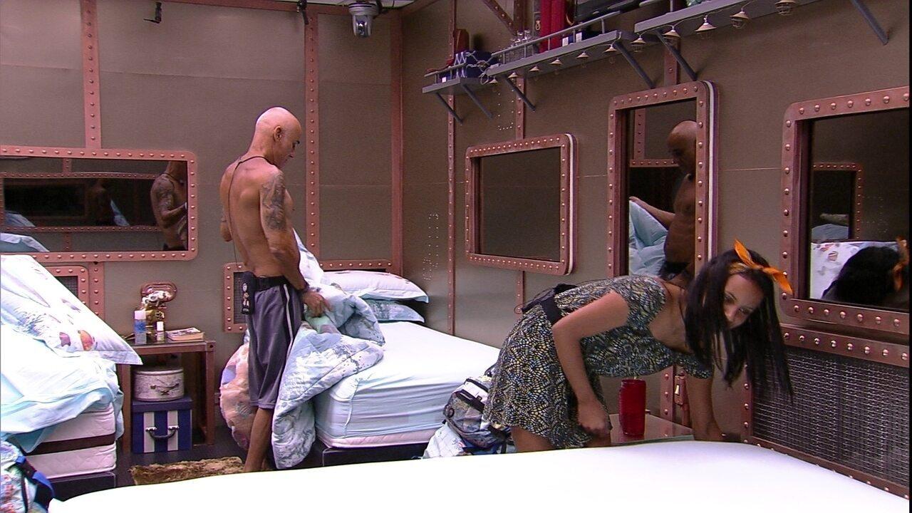 Ayrton e Gleici arrumam camas do Quarto Submarino