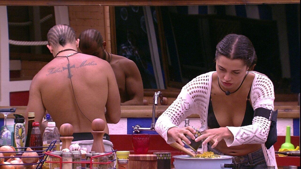 Paula joga milho no arroz para almoço dos brothers
