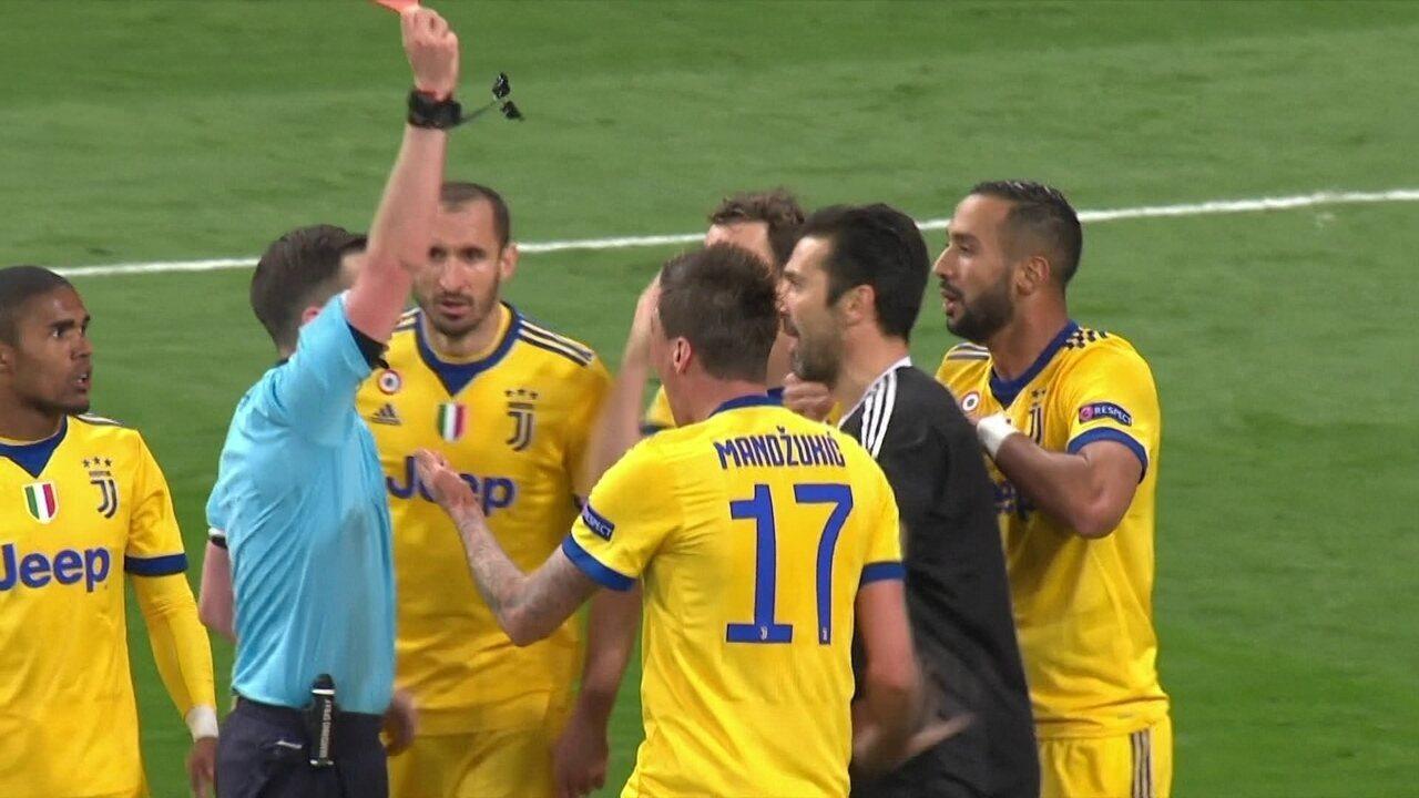 Lucas Vásquez e derrubado e árbitro aponta pênalti e expulsa Buffon aos 46' do 2º