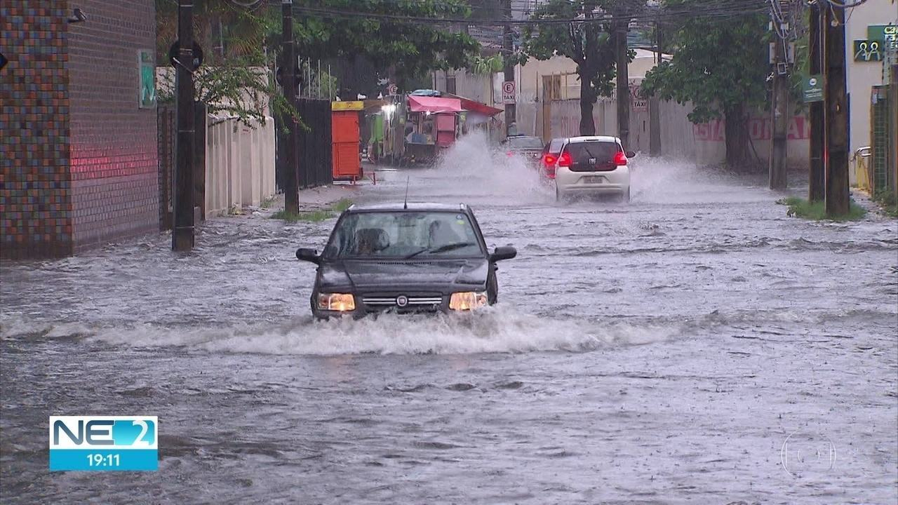 Chuva deixa ruas alagadas no Grande Recife