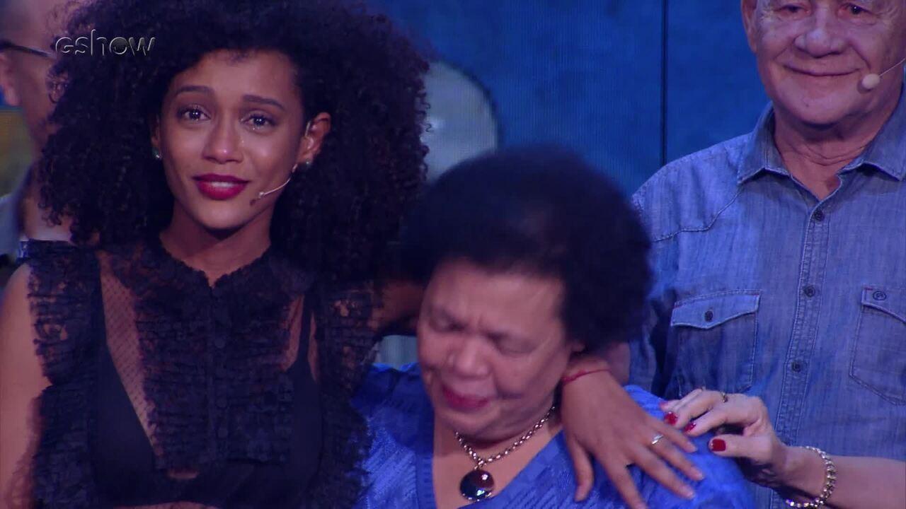 Taís Araújo apresenta a família, trolla primo e reverencia Alcione