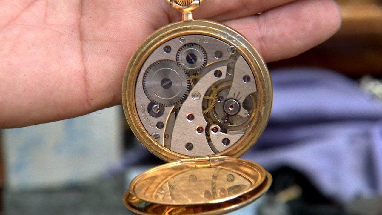 João conserta os relógios em uma oficina instalada em seu próprio carro