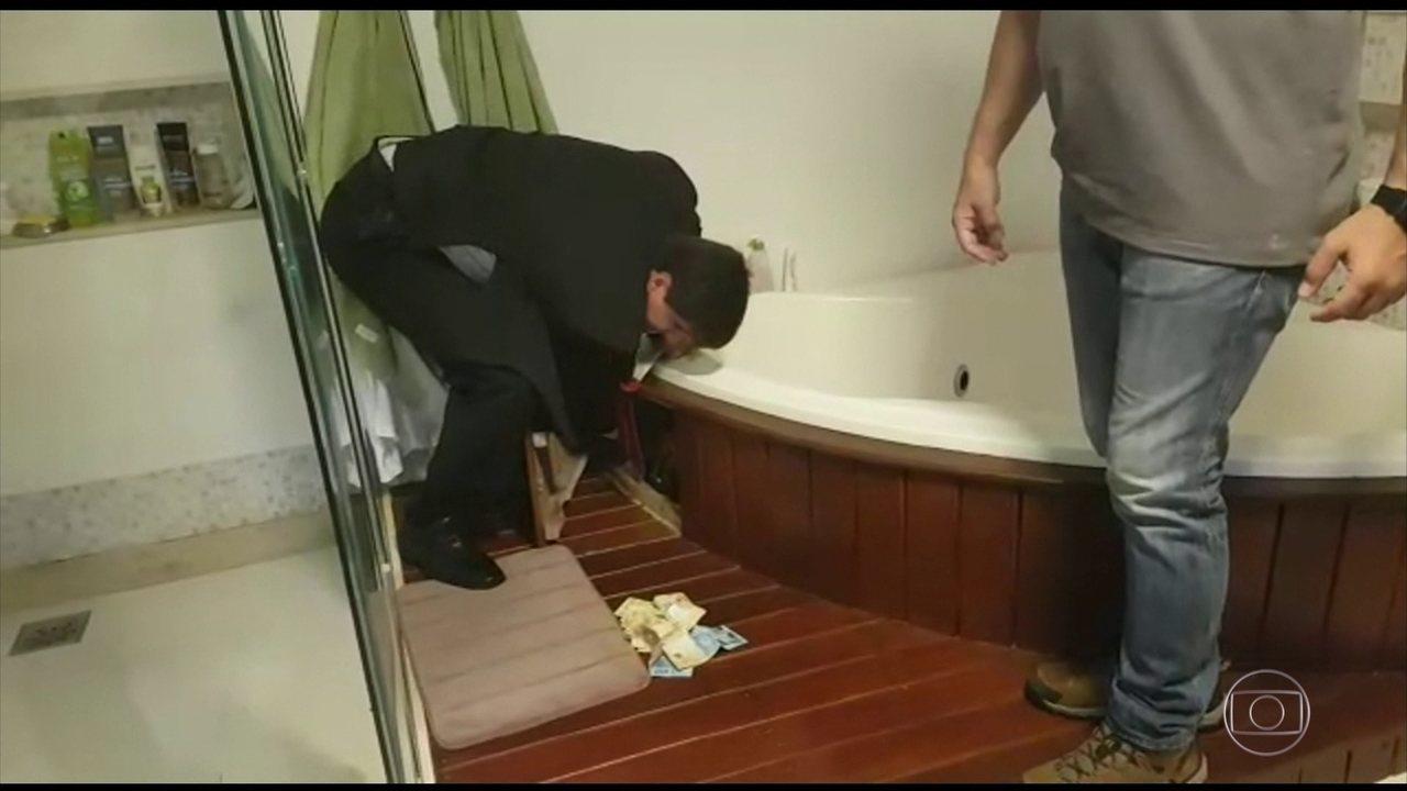 Polícia encontra dinheiro na banheira do presidente da Câmara de Vereadores de Petrópolis