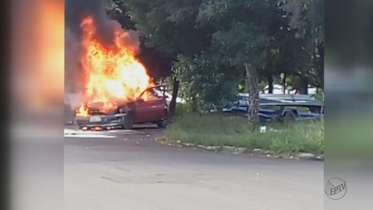 Incêndio destrói carro em bairro de São Carlos, SP