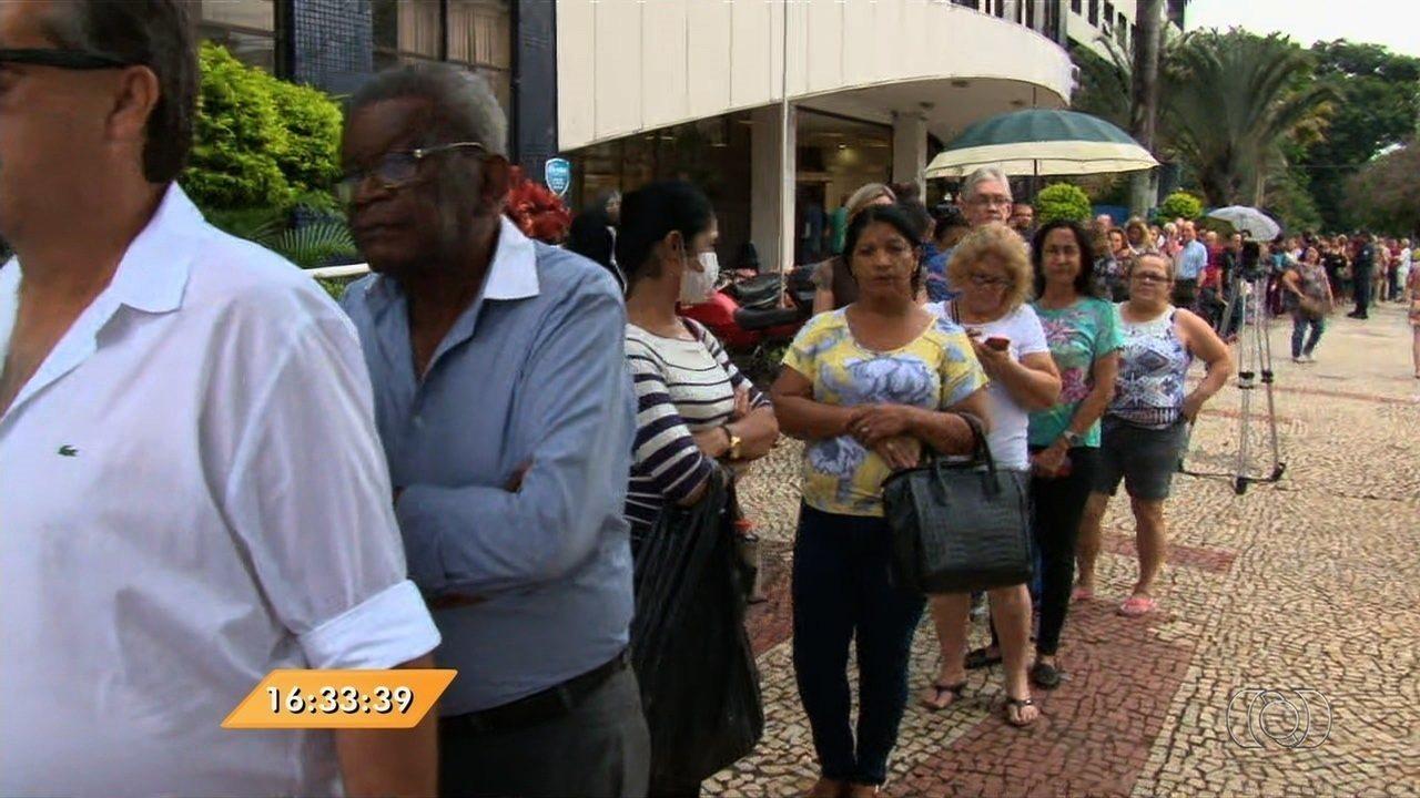 Anhanguera Notícias: Cais tem longa fila no 1º dia de vacinação contra H1N1, em Goiânia