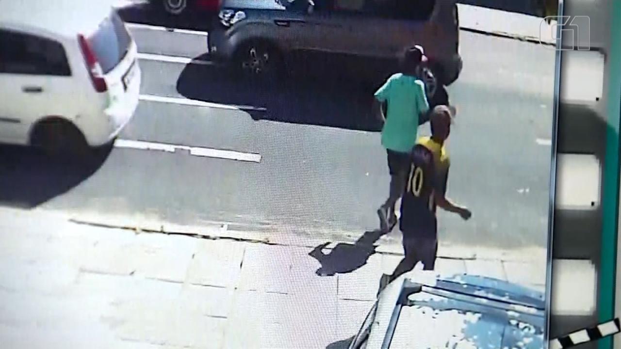 Polícia divulga imagens de suspeitos de matar idoso em assalto em Porto Alegre