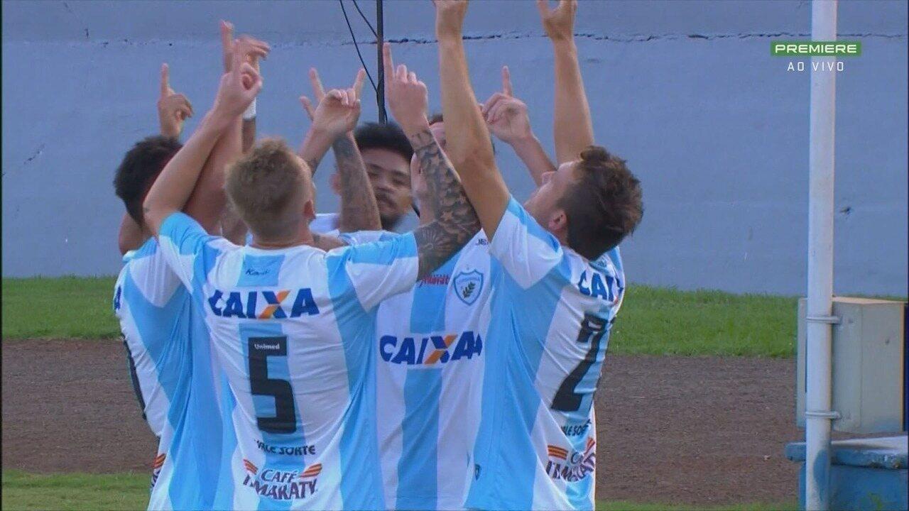 Gol do Londrina! Na primeira bola, Dagoberto recebe o cruzamento e bate para fazer o gol