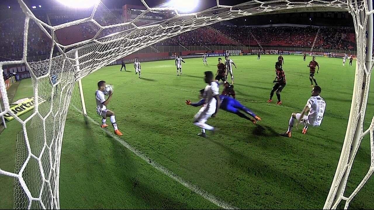 Éverton Ribeiro leva bolada no rosto, árbitro marca pênalti e o expulsa aos 8 do 1º tempo
