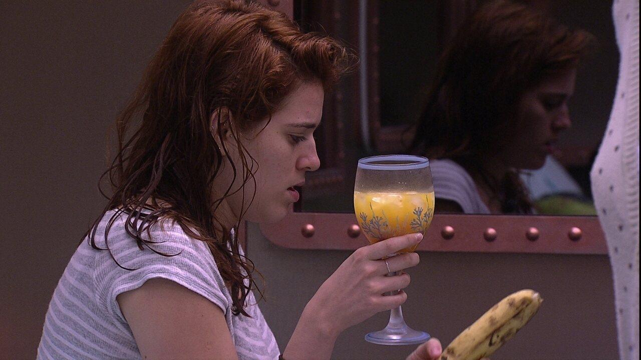 Ayrton leva suco de laranja e banana para Ana Clara