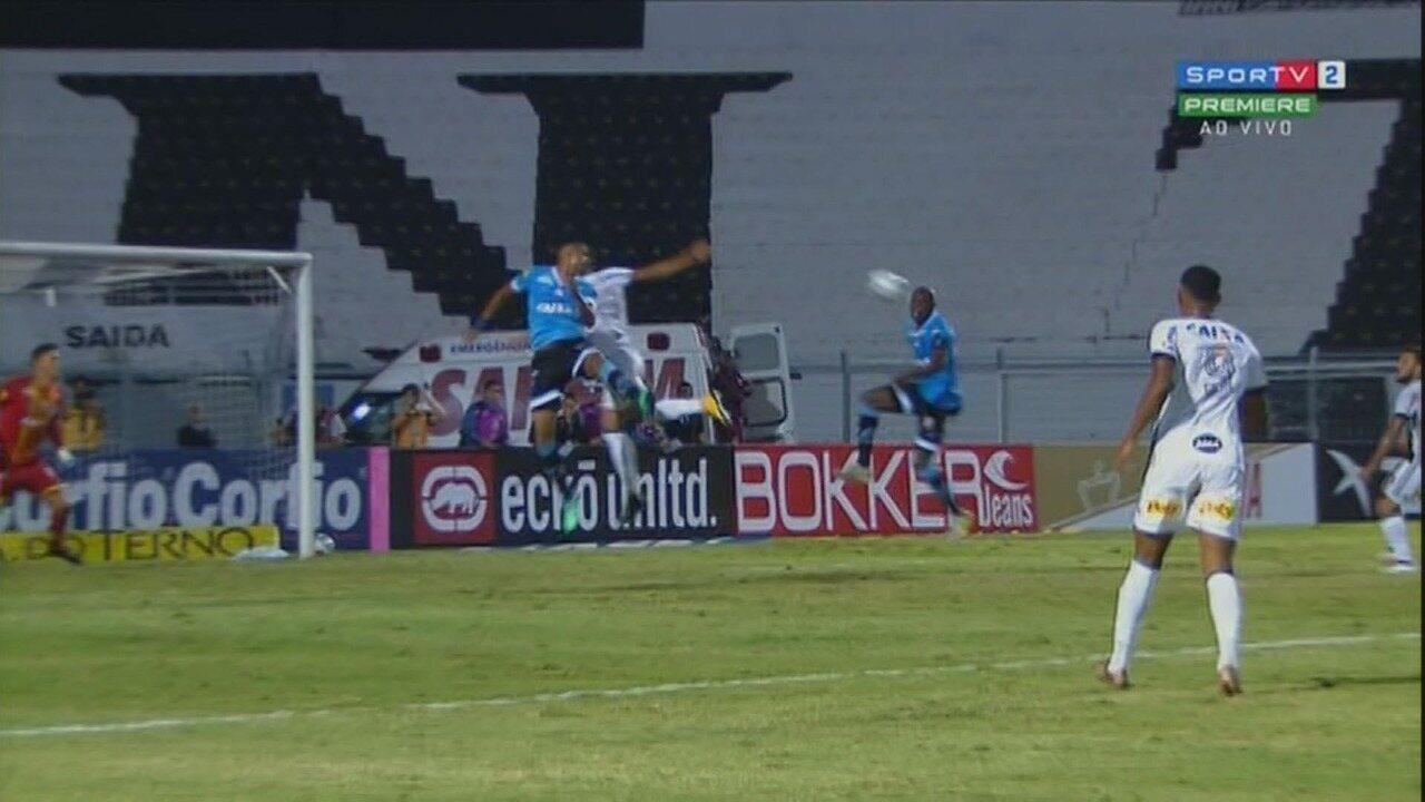 Aos 31 minutos do segundo tempo, bola pega no rosto de Diego Ivo e quase entra contra