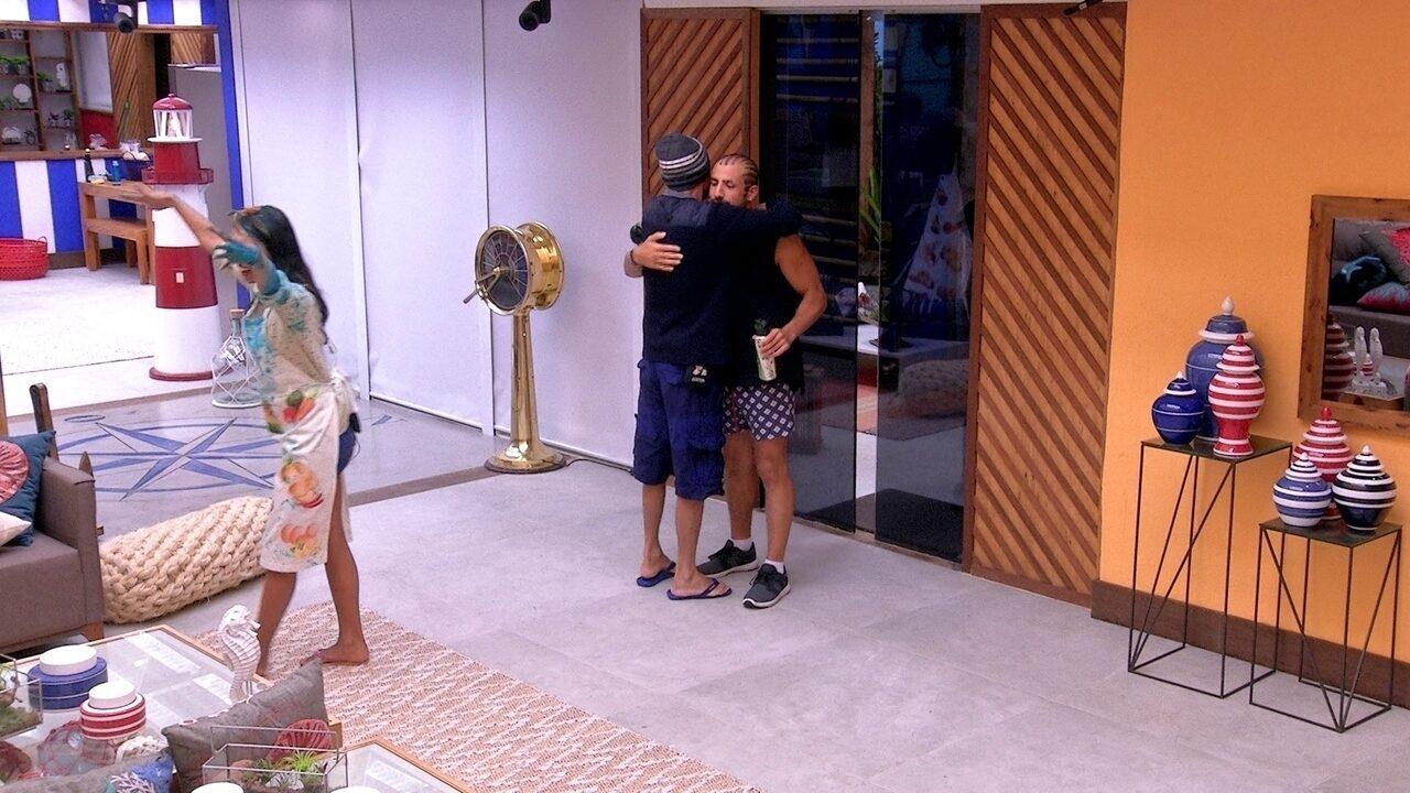 Ayrton abraça Breno e Kaysar e diz: 'Boa sorte para vocês'