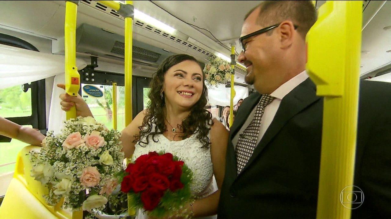 Casal que se conheceu dentro de um ônibus se casa 10 anos depois na mesma linha