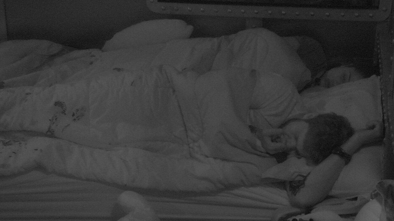 Breno rói unha deitado ao lado de Paula