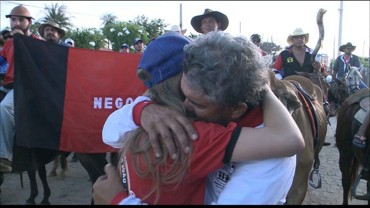 Pai cavalga 2 mil km e chega à Paraíba para cumprir promessa de ver formatura da filha