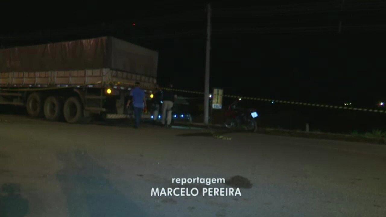 Dois homens morrem em acidente entre motocicleta e caminhão na BR 364