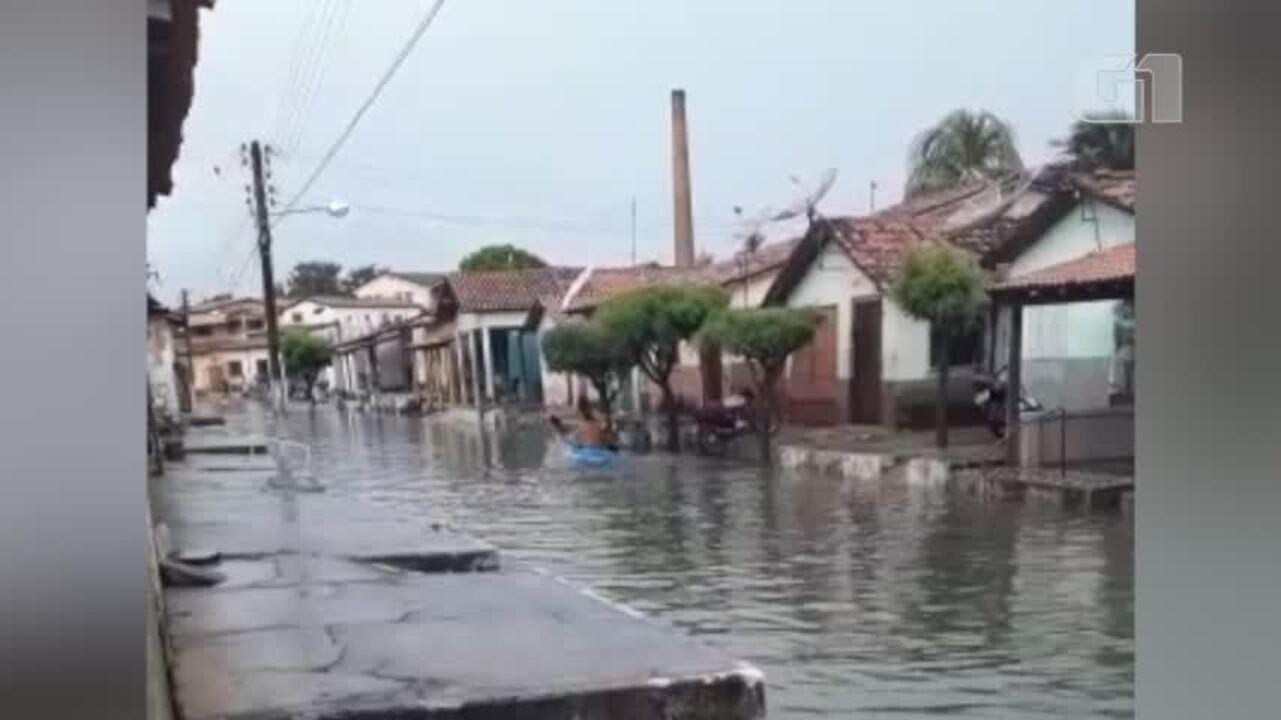 Morador sobe rua de caiaque após alagamento em Parnaíba
