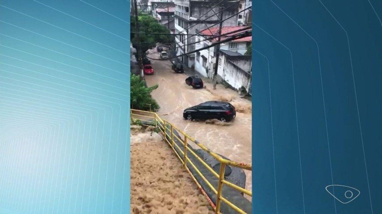 Água da chuva forma 'cachoeira' em escadaria de Vitória; veja vídeo