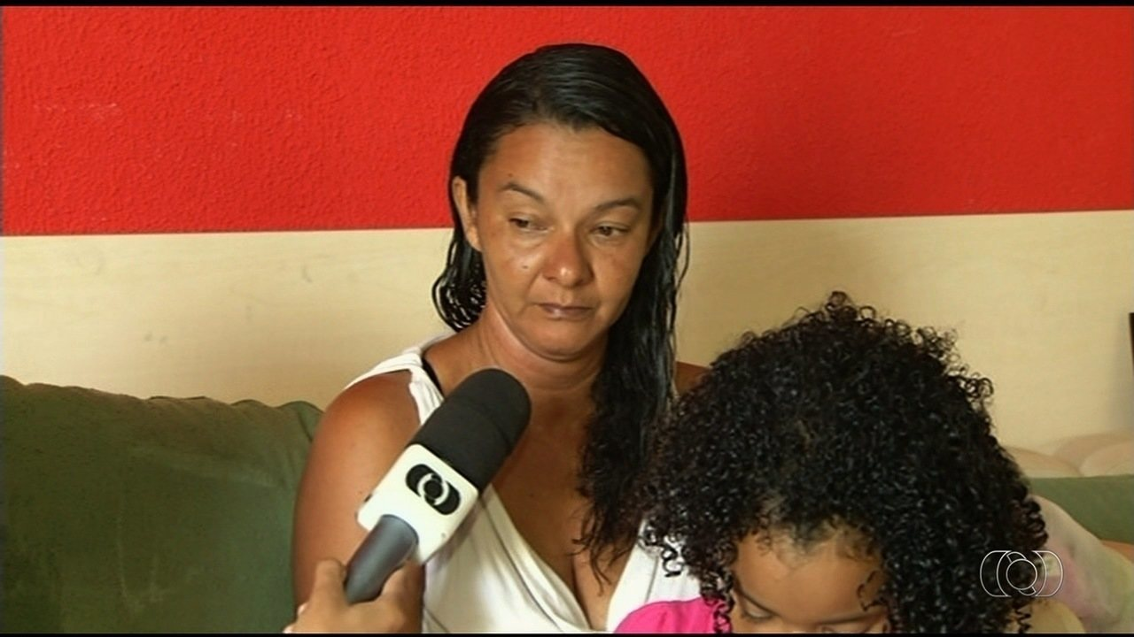 Mulher procura por parentes desaparecidos em Luziânia