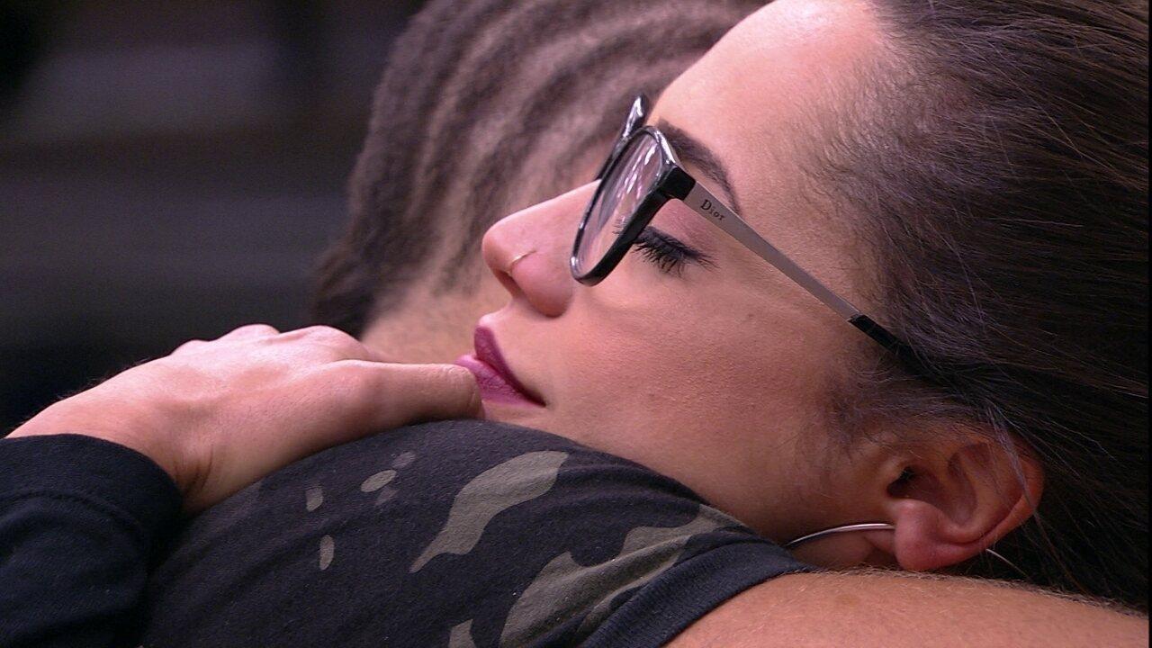 Kaysar dá longo abraço em Paula
