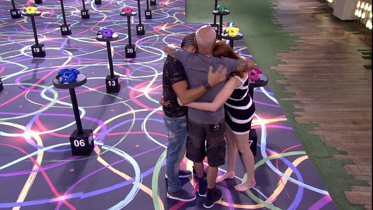 Gleici, Kaysar e família Lima se abraçam no jardim