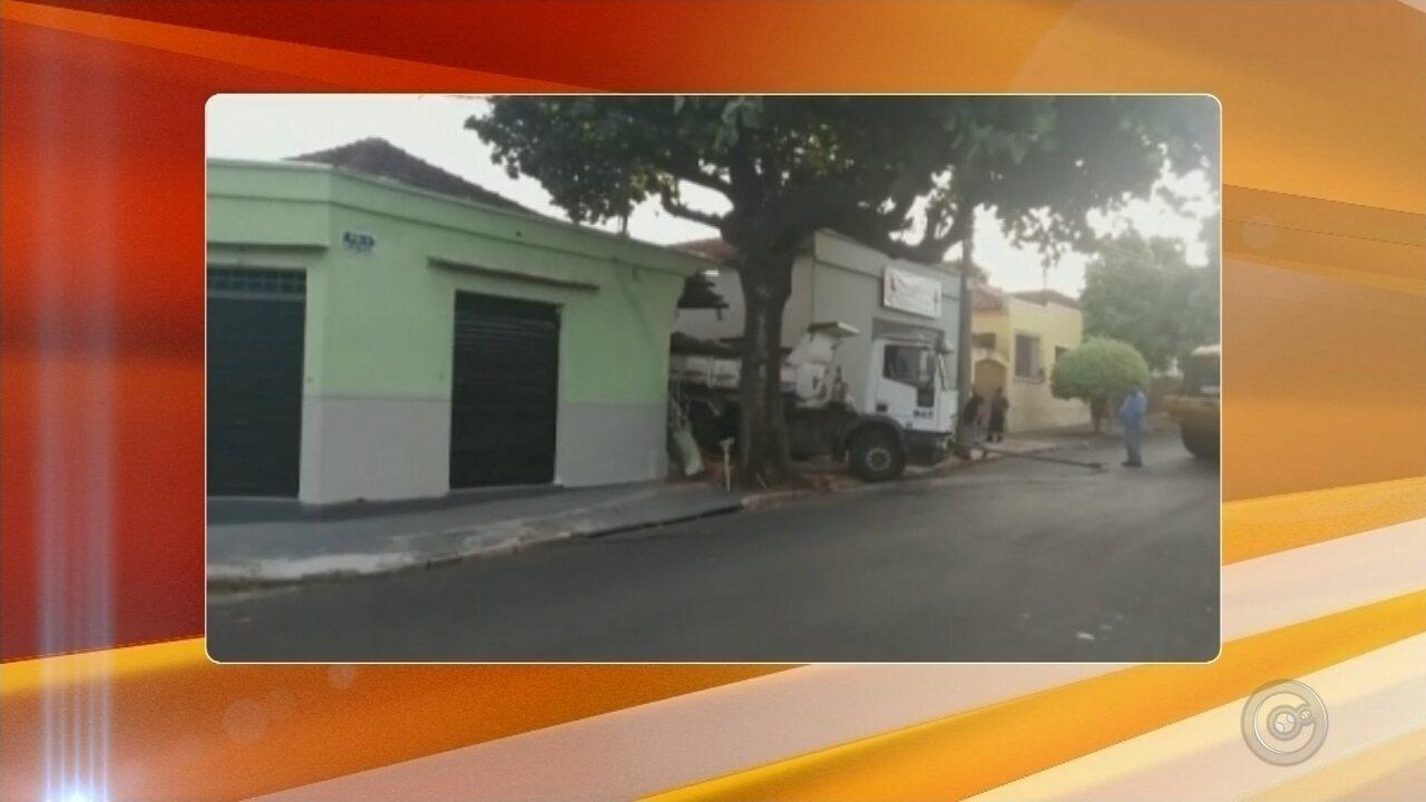 Caminhão do DAE atinge e destrói fachada de casa em Bauru