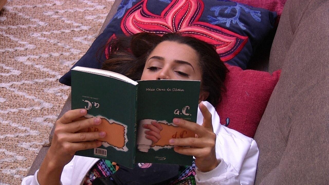Paula deita para ler após encontrar brothers dormindo