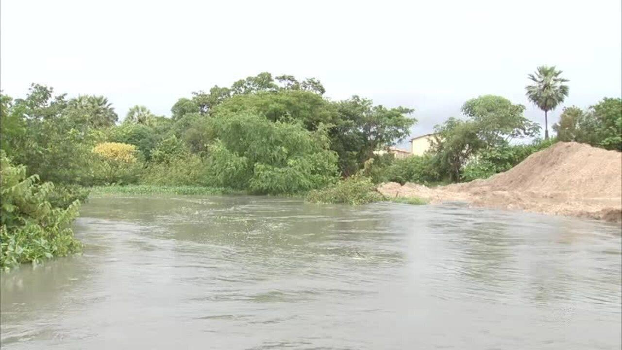 Chuva destrói ponte provisória e deixa comunidade ilhada em Fortaleza