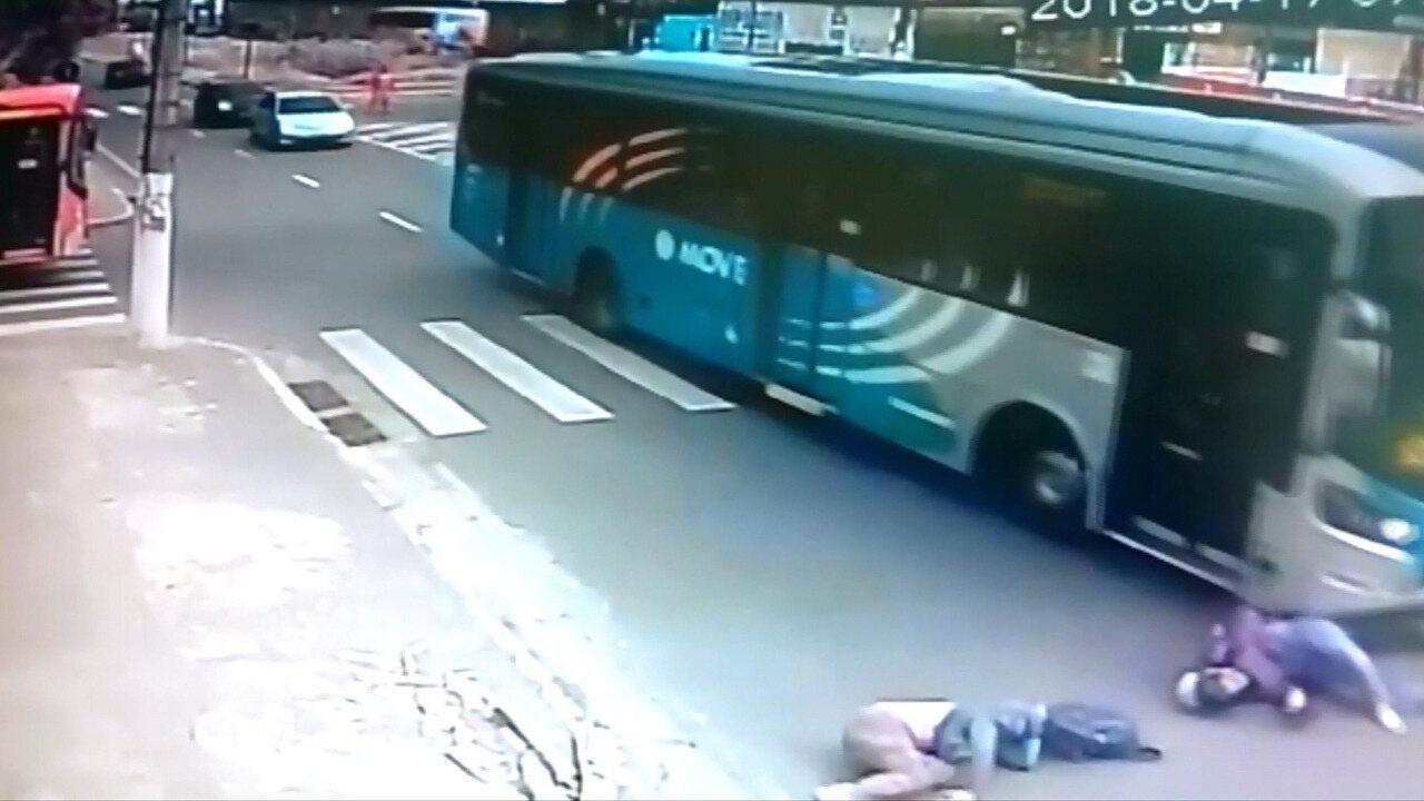 Mulher morre em acidente de entre ônibus e moto na Grande BH; veja vídeo