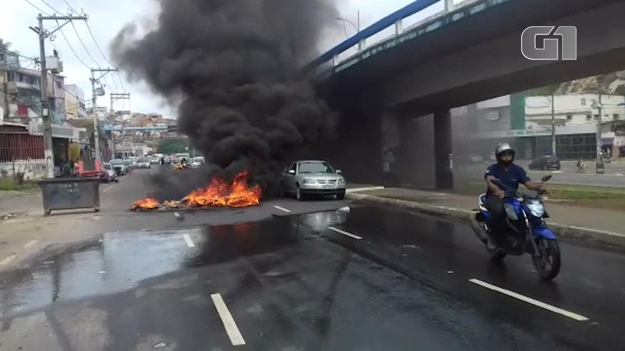 Moradores incendeiam pneus em pista da avenida Vasco da Gama durante protesto