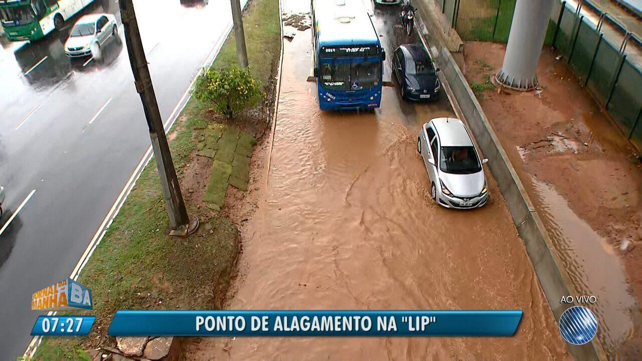 Chuva e terra de canteiro causam ponto de alagamento e congestionamento na região da LIP