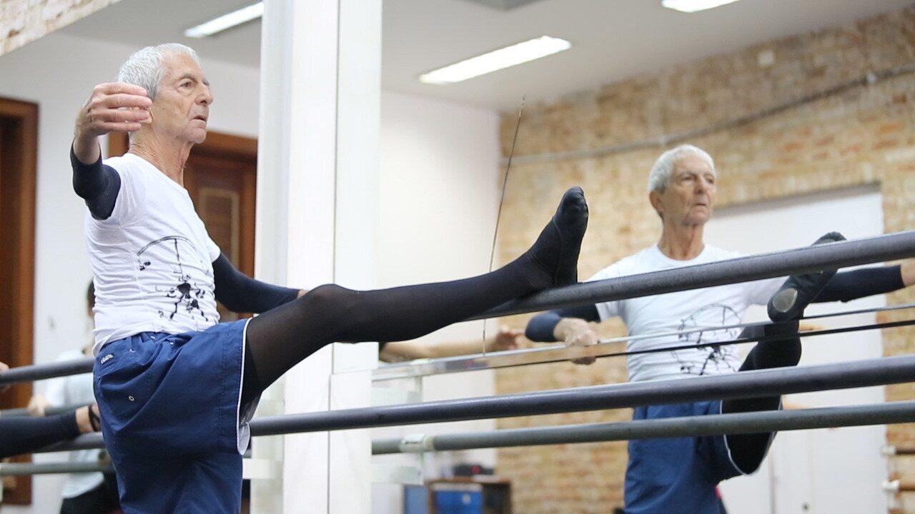 Aos 80 anos, aposentado faz 5 aulas de balé por dia no Rio