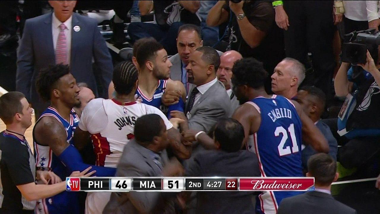 Jogadores de Philadelphia 76ers e Miami Heat se estranham após disputa de bola na NBA