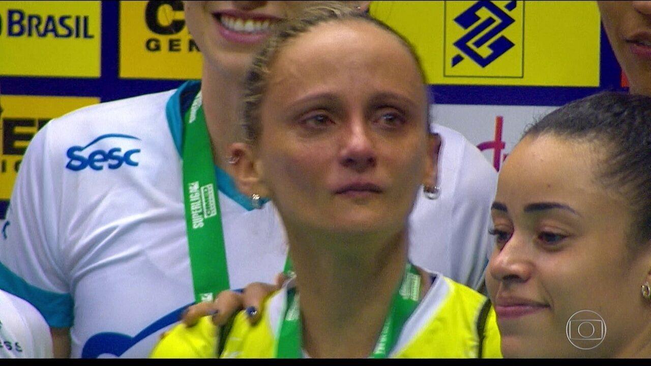 Em jogo de despedida, Fabi dá show de vôlei e se emociona
