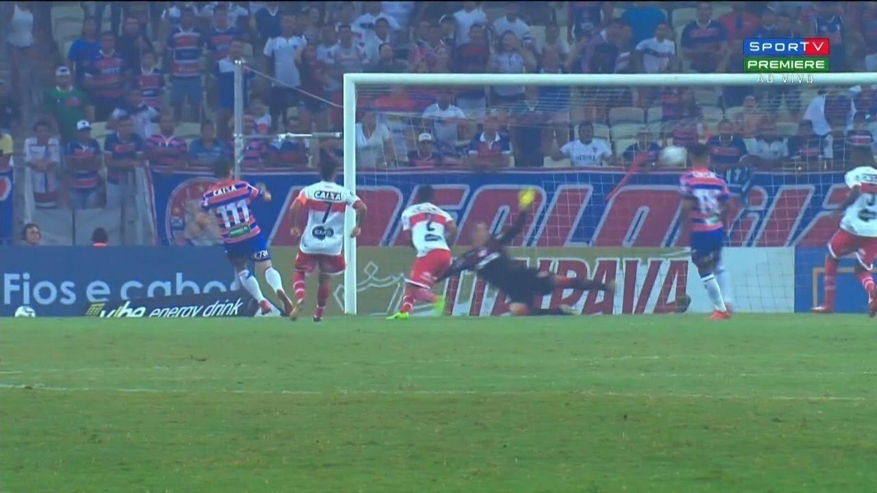 Edinho ganha na velocidade de Diego e cruza para Osvaldo fazer o primeiro gol do Fortaleza
