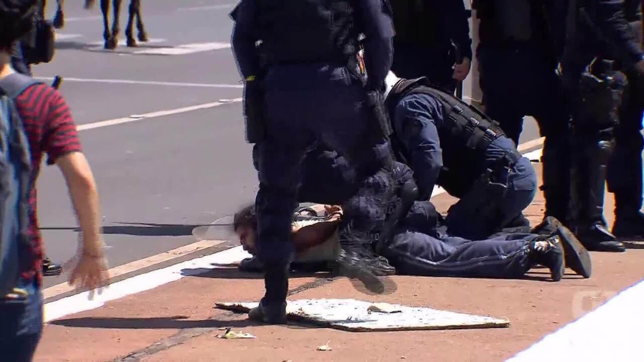 Homem é detido por PMs durante protesto de estudantes da UnB
