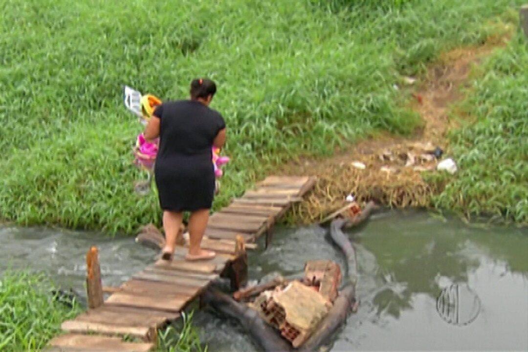 Moradores de Jundiapeba usam ponte improvisada para chegar ao Jardim Universo