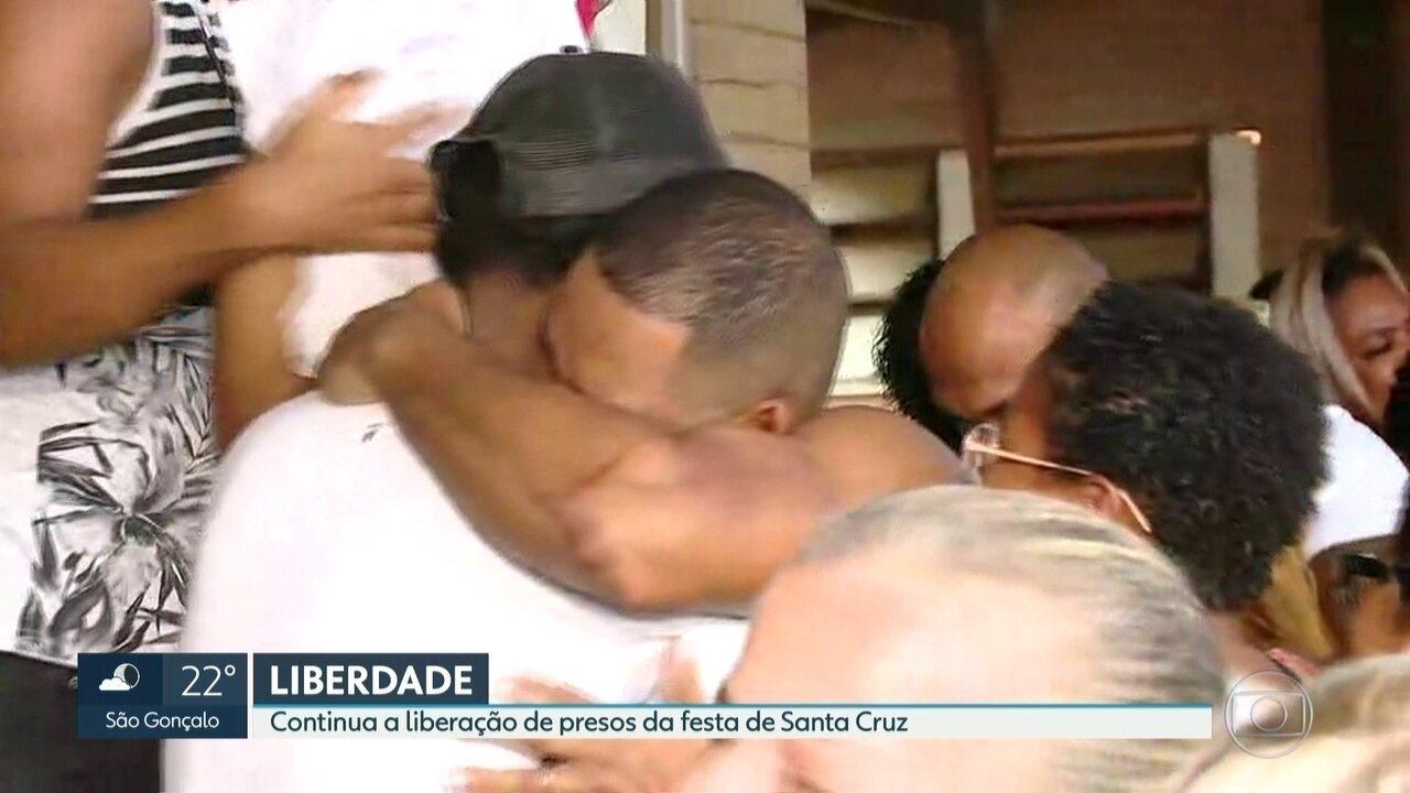 Outros presos na festa do sitio em Santa Cruz deixam o Complexo de Bangu.