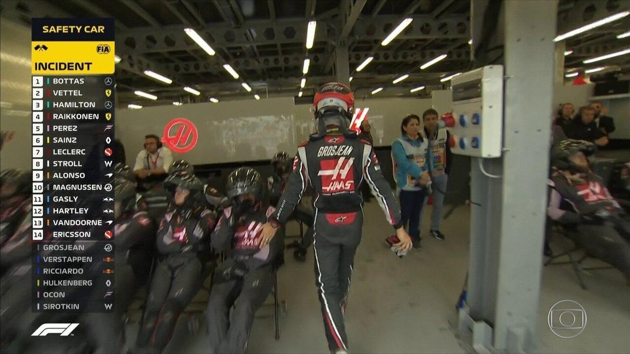 Grosjean perde a cabeça e taca luva no chão na volta aos boxes após batida