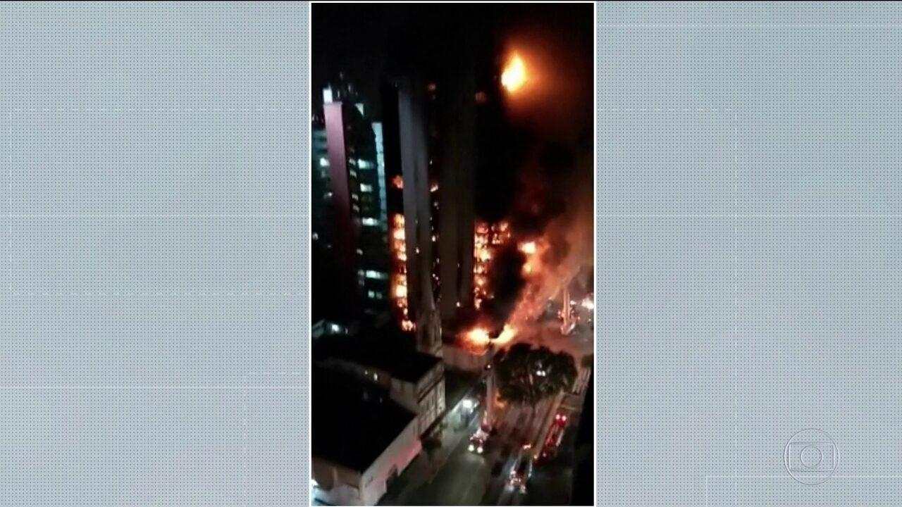 Vizinha registra momento em que prédio em chamas desaba em SP