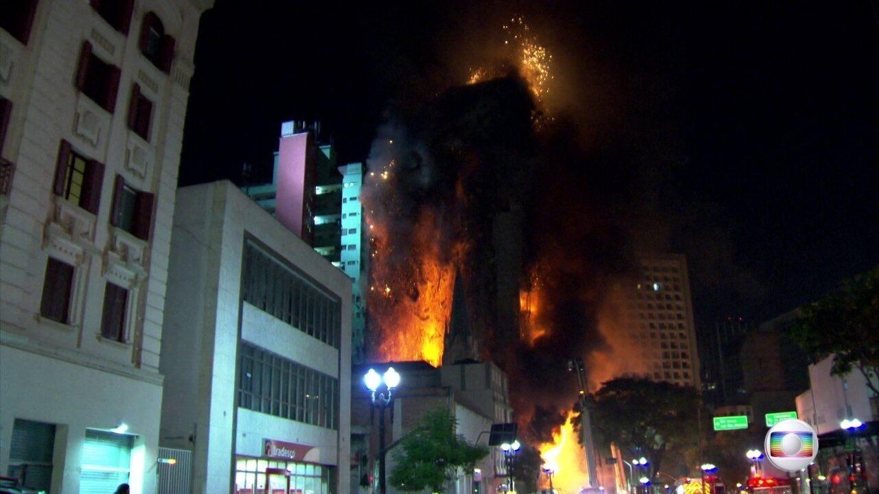 Prédio desaba durante incêndio em São Paulo
