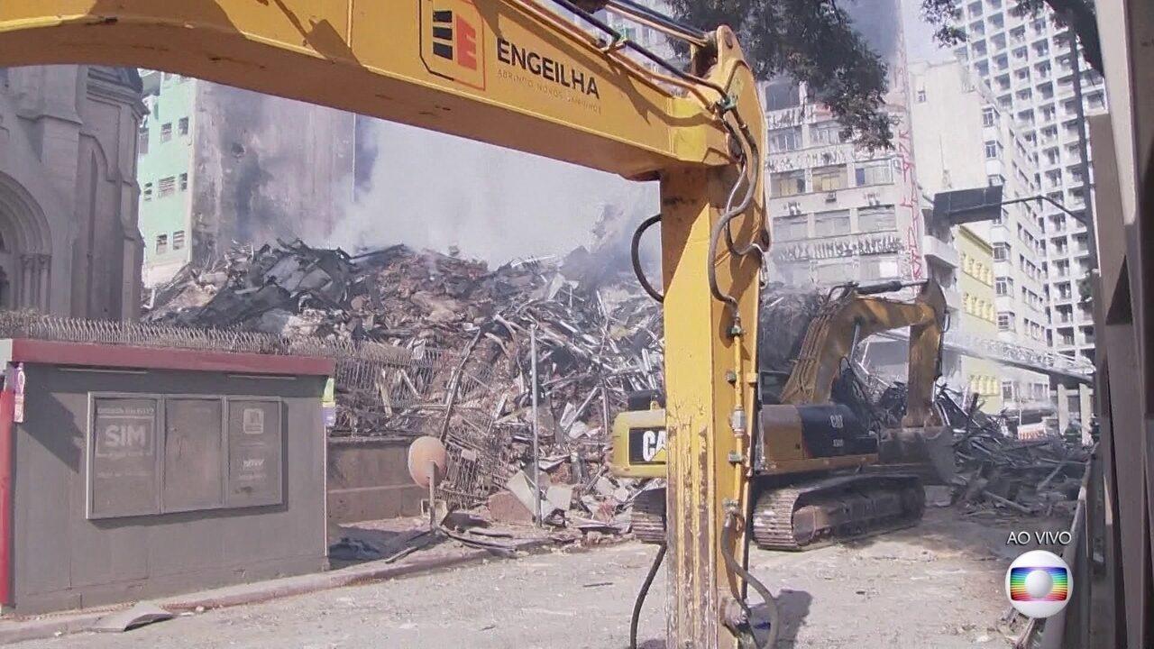 Bombeiros seguem trabalhando em desabamento de prédio em SP