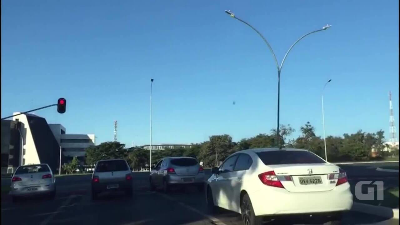 db97fec49c8 Semáforo fica vermelho por 2 horas e 30 minutos no centro de Brasília