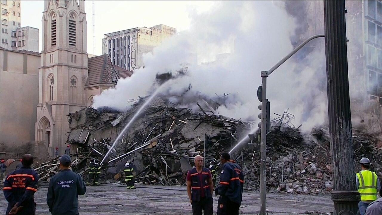 Bombeiros trabalham nos escombros de prédio que desabou em São Paulo