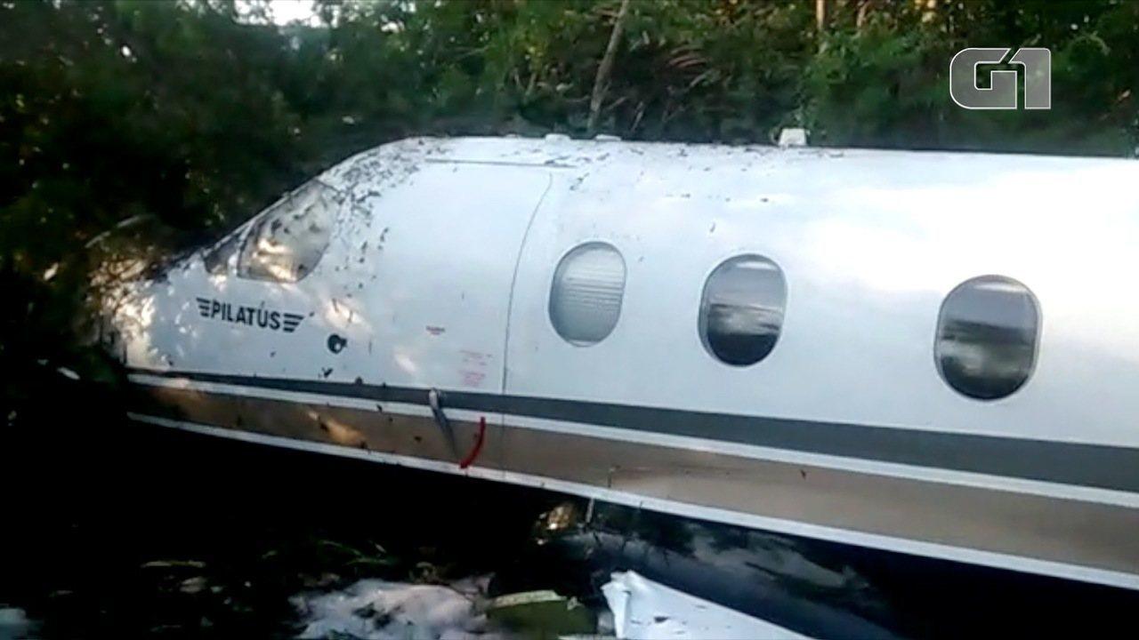 Veja imagens do avião após queda em Ubatuba