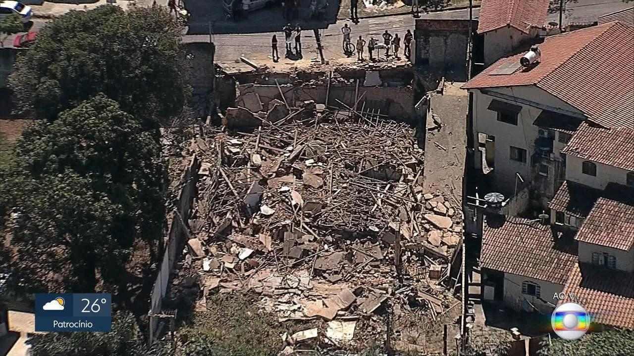 Peritos trabalham para descobrir o que provocou queda de casa em Venda Nova