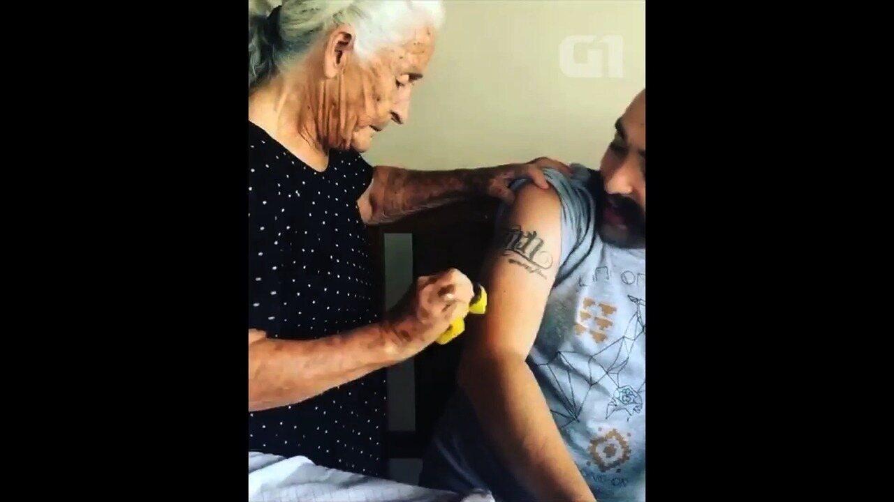 Vídeo de avó tentando remover tatuagem do neto com bucha viraliza na web