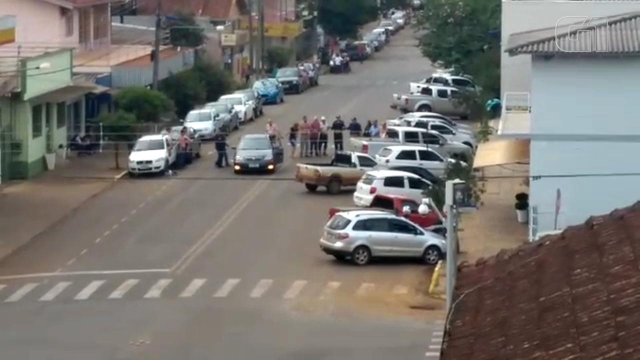 Assaltantes roubam bancos e fazem cordão humano com reféns em Ibiraiaras