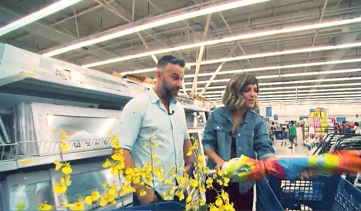 O arquiteto Alex Galletti garimpa num supermercado de Salvador, no 'Expresso'